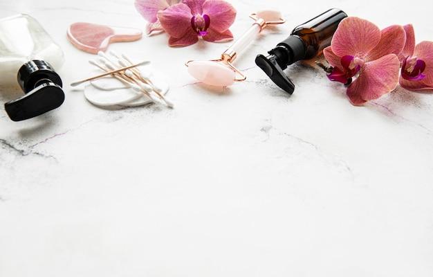 Gezichtsmassage met jade roller en cosmetische producten