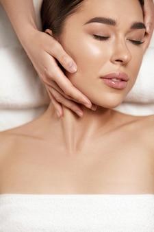 Gezichtsmassage. mooi, van, jonge vrouw, krijgen, spa massage, behandeling, op, beauty, spa salon., spa huid, en, lichaam, care. facial schoonheidsbehandeling. cosmetologie.