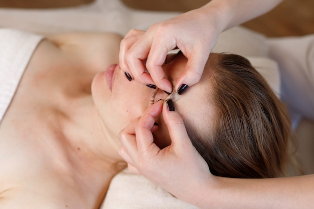 Gezichtsmassage van de vrouw. anti-verouderingsprocedures