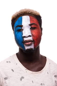 Gezichtsportret van afro-fan ondersteunt het franse nationale team met geschilderd gezicht geïsoleerd op een witte achtergrond