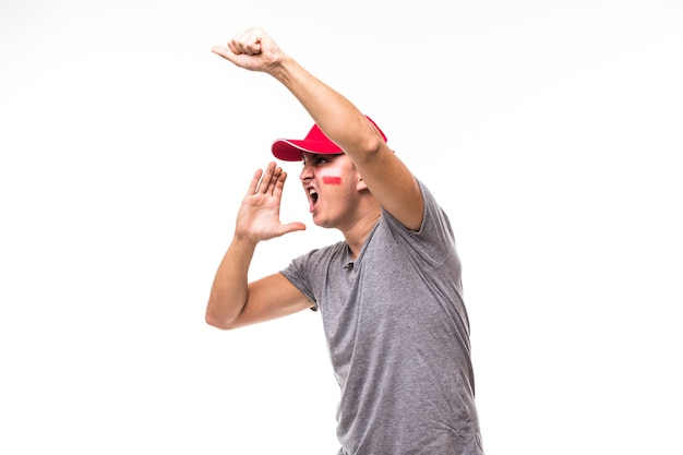 Gezichtsportret van de voetbalfan van polen schreeuwt steun het nationale team van polen op witte achtergrond. voetbalfans concept.
