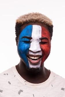 Gezichtsportret van gelukkige afro-fan ondersteunt het franse nationale team met geschilderd gezicht geïsoleerd op een witte achtergrond
