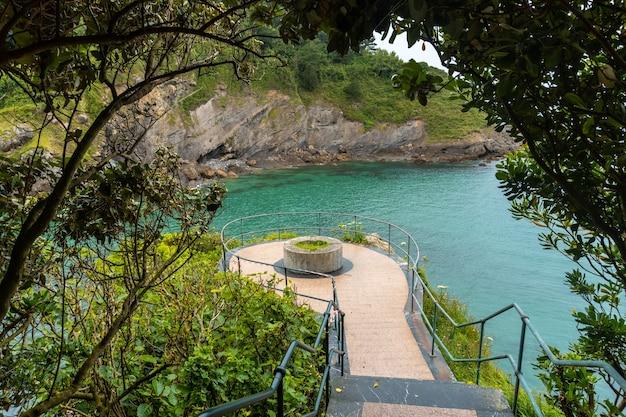 Gezichtspunt van de gemeente ea bij lekeitio, golf van biskaje in de cantabrische zee. baskenland