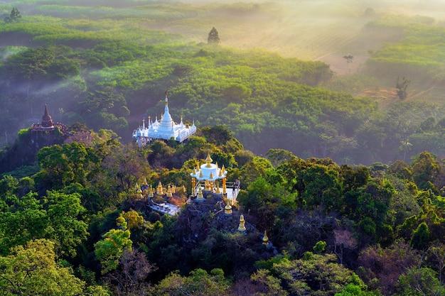 Gezichtspunt van khao na nai luang dharma park bij zonsopgang in surat thani, thailand.
