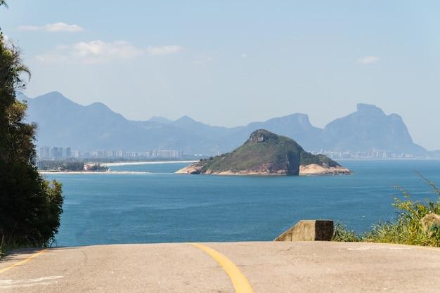 Gezichtspunt van klein strand aan de westkant van rio de janeiro in brazilië.