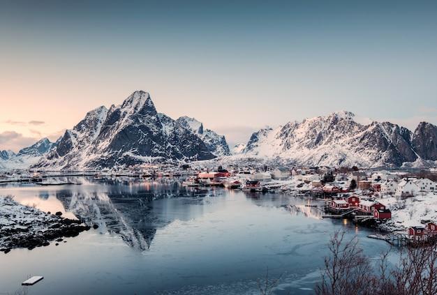 Gezichtspunt van vissend dorp in vallei op de winter