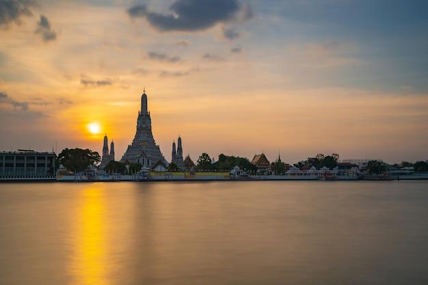 Gezichtspunt, wat arun ratchawaram ratchaworamawihan bij de hemel van de zonsondergangschemering, bangkok, thailand