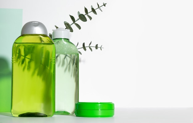 Gezichtsreiniger fles. lotion of micellair water voor gezichtsreiniging. vloeibaar cosmetisch product in groene verpakking. natuurlijke cosmetica concept