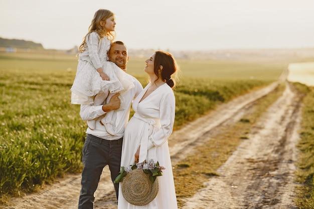 Gezin met dochtertje tijd samen doorbrengen op zonnig gebied