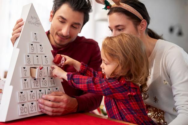 Gezin met kind met kerstmis