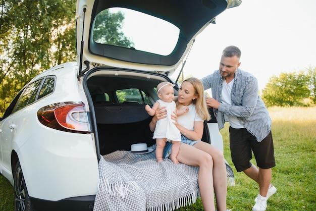 Gezin met kind zit in de kofferbak
