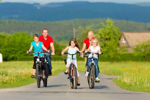 Gezin met kinderen fietsen in de zomer met fietsen