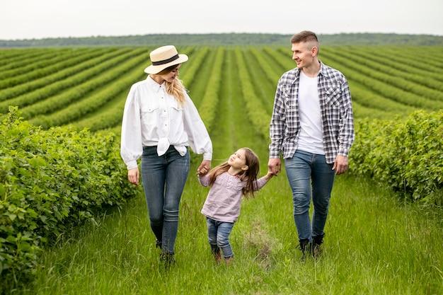 Gezin met meisje op landbouwgrond