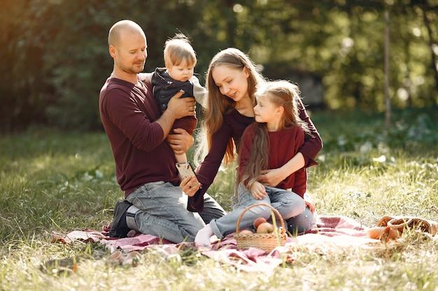 Gezin met schattige kinderen in een herfst park