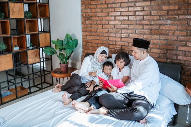 Gezin met twee kinderen samen boeken lezen