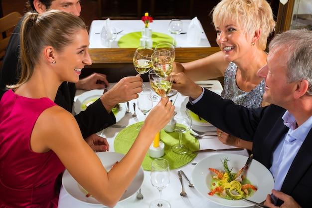 Gezin met volwassen kinderen in restaurant