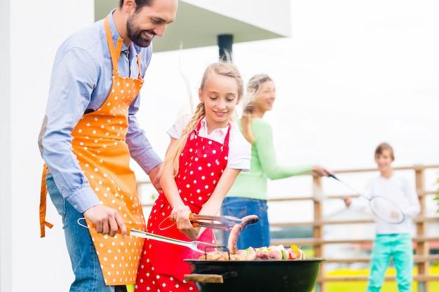 Gezinsbarbecue samen in tuinhuis