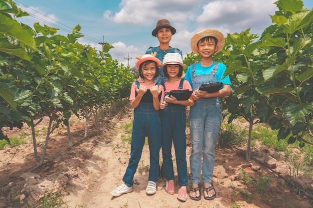 Gezinskinderen leren op biologische landbouwgrond op het platteland