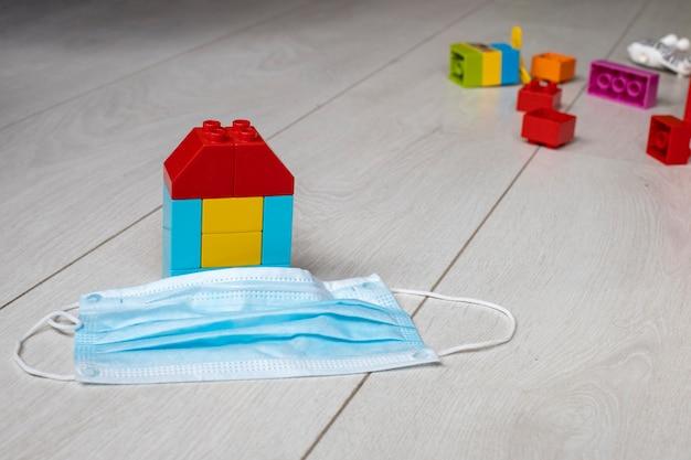Gezinsveiligheidsconcept in de pandemie van coronavirus covid een huis van kinderblokken staat op de