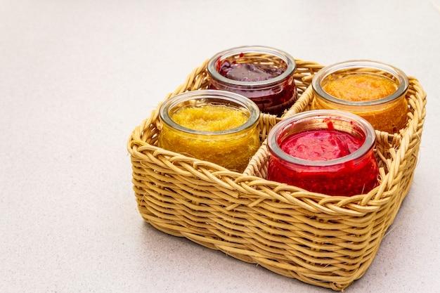 Gezond biologisch zelfgemaakt assortiment van fruitpuree