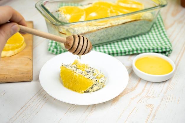 Gezond dessert. kaastaart met maanzaad en sinaasappels