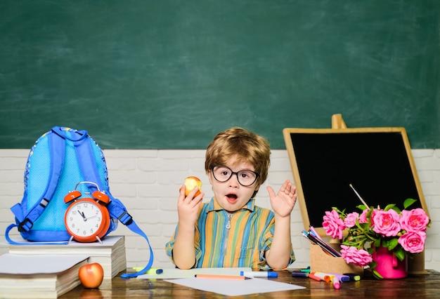 Gezond diner op school heerlijk eten voor de lunch basisschool kind eet lunch kleine schooljongen in