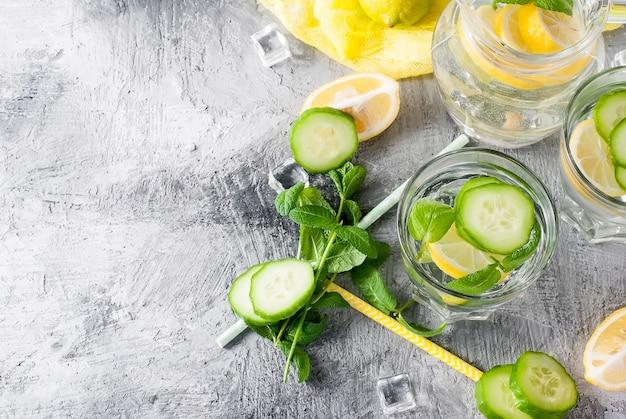 Gezond doordrenkt citrus sassi water met citroen en komkommer