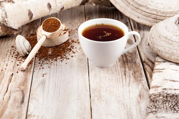 Gezond drankje. chaga-thee, rustieke stijl.