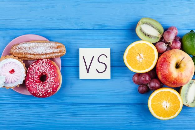 Gezond en fastfood met versus-kaart