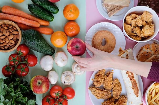 Gezond en ongezond fastfood op roze en groen