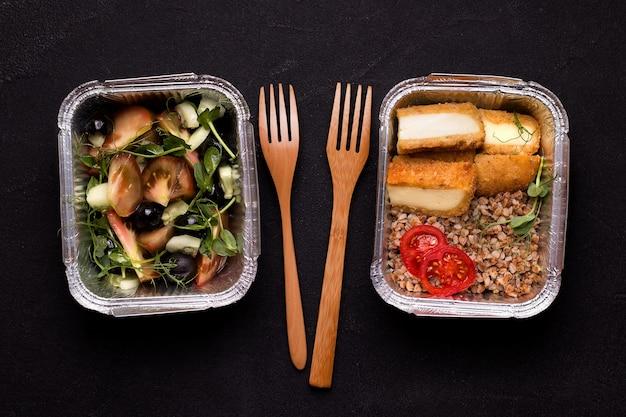Gezond en vegetarisch voedselleveringsconcept. verse salade en boekweitpap met kaas.
