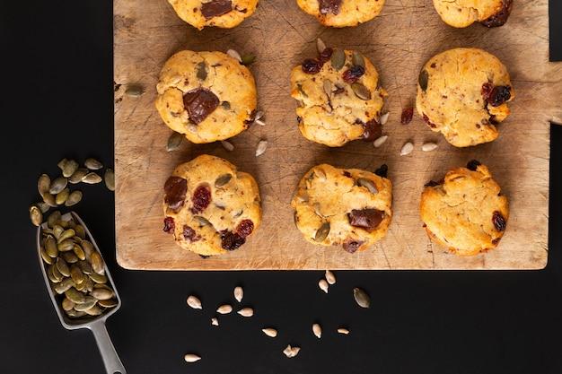 Gezond eten concept zelfgemaakte trail mix biologische hele korrels energie cookies op een houten bord met kopie ruimte