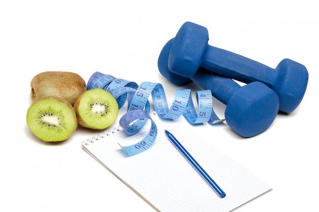 Gezond eten, dieet en detox. halters, kiwi water