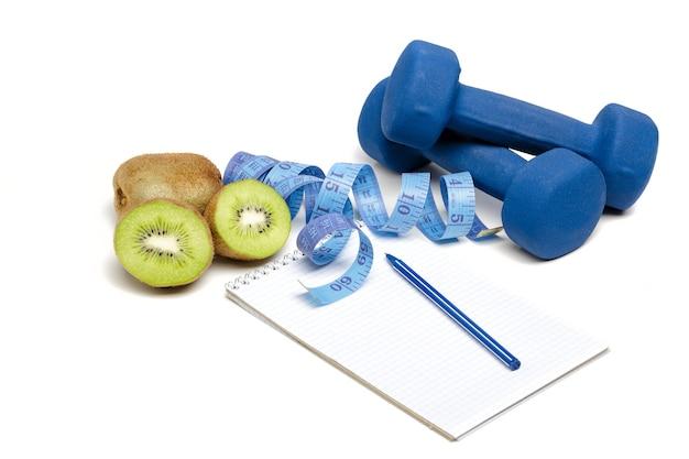 Gezond eten, dieet en gewichtsverlies, detox. halters, kiwi en meetlint