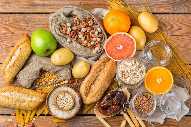 Gezond eten, diëten, uitgebalanceerd voedselconcept. assortiment glutenvrij eten op een houten tafel
