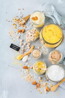 Gezond eten, diëten, uitgebalanceerd voedselconcept. assortiment van glutenvrij meel, amandel, maïs, rijst op een keukentafel. bovenaanzicht plat lag achtergrond
