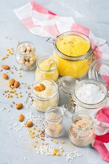 Gezond eten, diëten, uitgebalanceerd voedselconcept. assortiment van glutenvrij meel, amandel, maïs, rijst op een keukentafel.