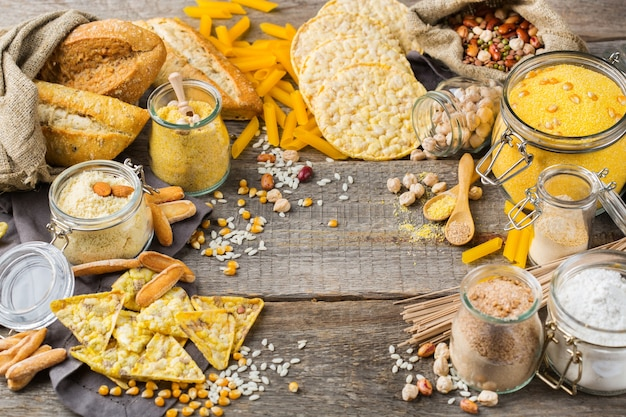 Gezond eten, diëten, uitgebalanceerd voedselconcept. assortiment van glutenvrij voedsel en meel, amandel, maïs, rijst op een houten tafel