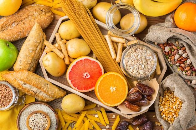 Gezond eten, diëten, uitgebalanceerd voedselconcept. assortiment van glutenvrij voedsel op een houten tafel. bovenaanzicht plat lag achtergrond