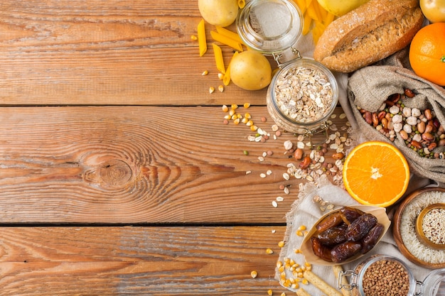Gezond eten, diëten, uitgebalanceerd voedselconcept. assortiment van glutenvrij voedsel op een houten tafel. bovenaanzicht plat lag kopie ruimte achtergrond