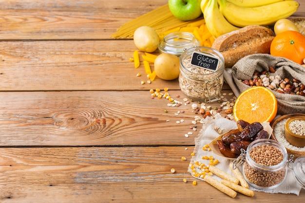 Gezond eten, diëten, uitgebalanceerd voedselconcept. assortiment van glutenvrij voedsel op een houten tafel. ruimte achtergrond kopiëren