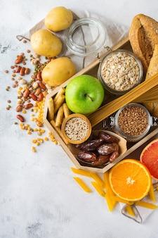 Gezond eten, diëten, uitgebalanceerd voedselconcept. assortiment van glutenvrij voedsel op een keukentafel. bovenaanzicht plat lag achtergrond