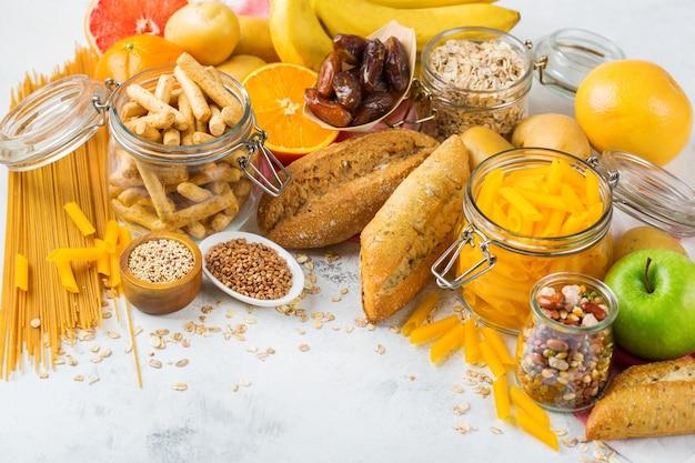 Gezond eten, diëten, uitgebalanceerd voedselconcept. assortiment van glutenvrij voedsel op een keukentafel. ruimte achtergrond kopiëren