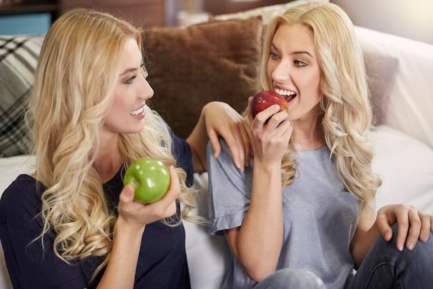Gezond eten door een blonde tweeling Gratis Foto