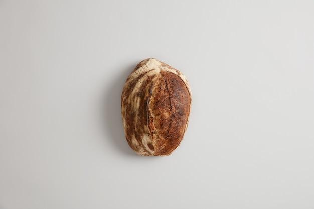 Gezond eten en traditioneel bakkerijconcept. vers glutenvrij gastronomisch boekweitbrood gemaakt van biologische bloem, geïsoleerd op een witte ondergrond. geassorteerde lekker frans brood. bovenaanzicht of plat leggen.