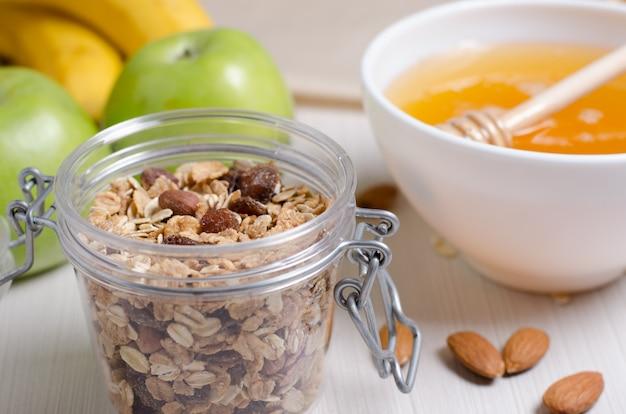 Gezond eten. fruit, zelfgemaakte muesli, noten, honing