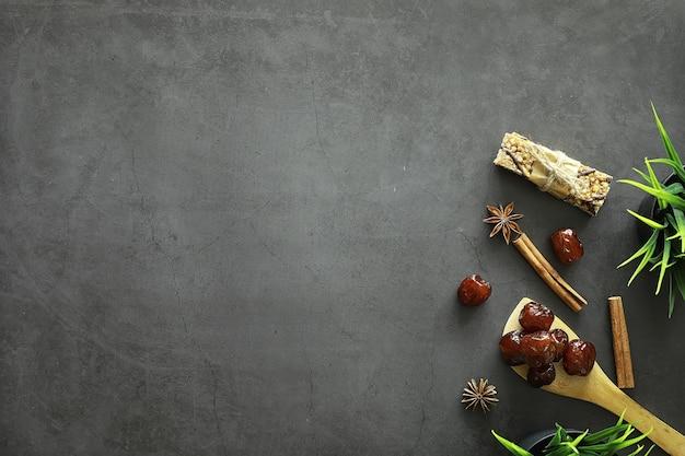 Gezond eten. gedroogd fruit voor dieet. pruimen, dadels, rozijnen en vijgen. gezonde en goede voeding voor het leven.