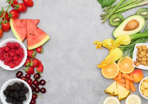 Gezond eten. gekleurd en verschillende groenten en fruit op grijs