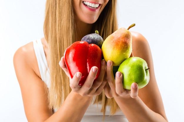 Gezond eten, gelukkige vrouw met groenten en fruit