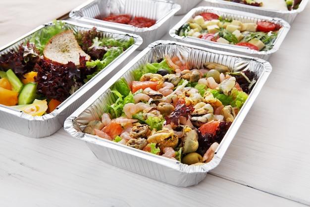 Gezond eten in dozen. voedsel levering concept
